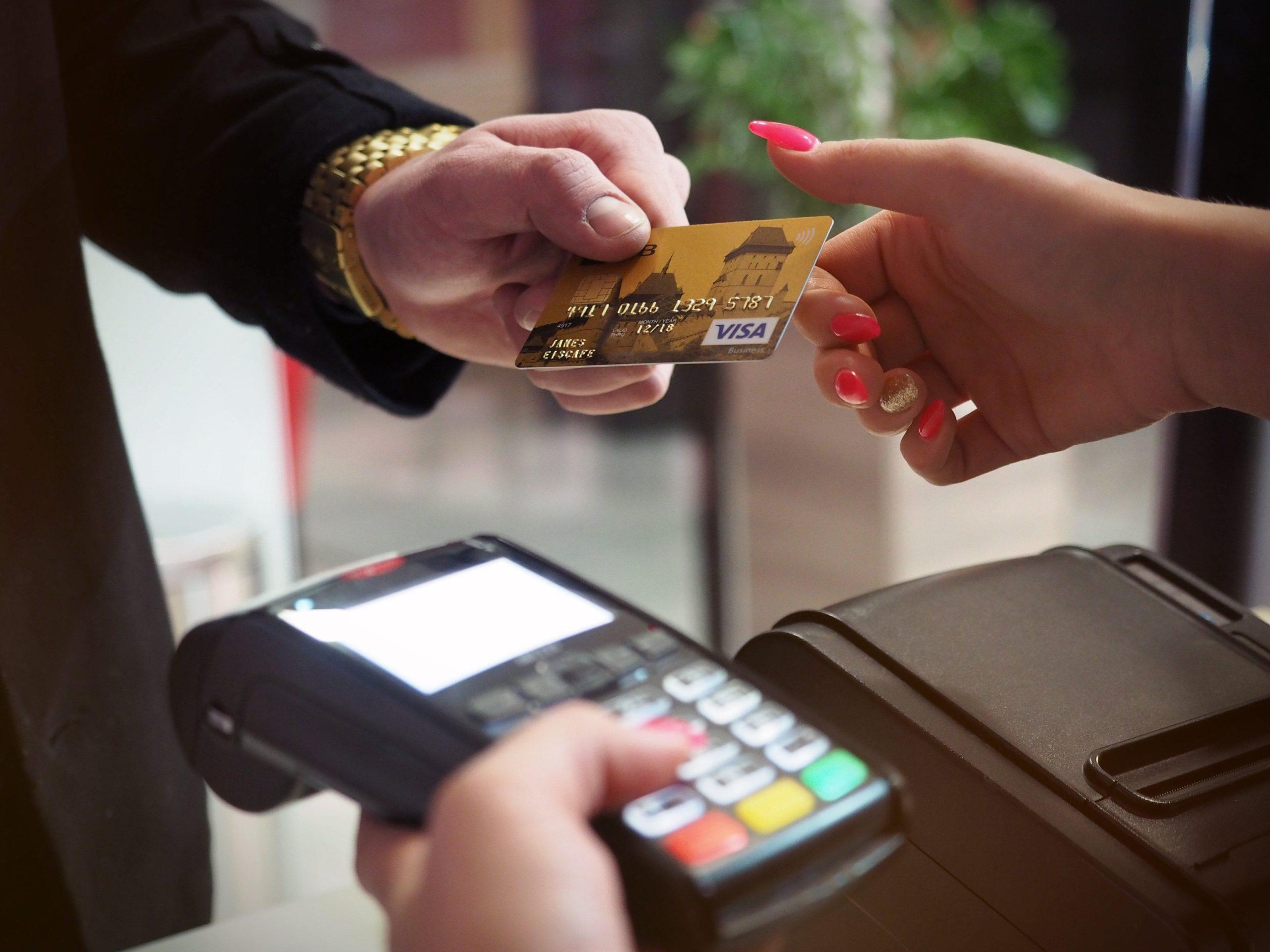 Les 11 arnaques de voyage à éviter - Carte bancaire