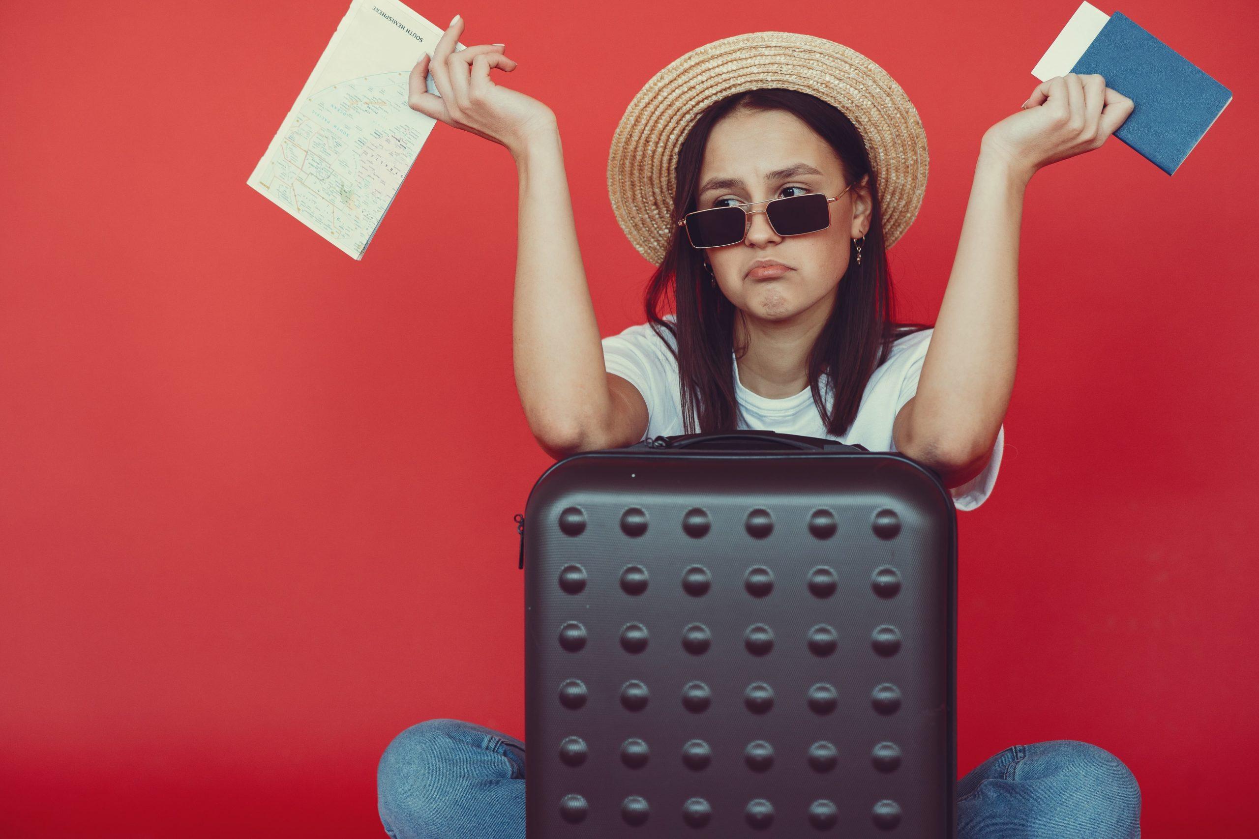 Les 11 arnaques de voyage à éviter - Femme déçue du voyage